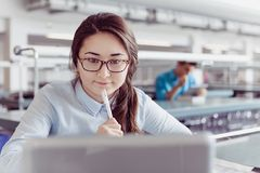 Estudante de jovem mulher que aprende e que olha a biblioteca Fotos de Stock