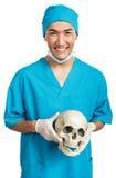 Estudante de Medicina com um crânio Fotos de Stock Royalty Free