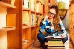 Estudante de mulher na biblioteca de faculdade imagens de stock royalty free
