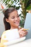 Estudante de mulher no café Fotos de Stock