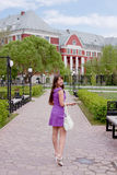 Estudante de mulher no território da universidade de estado Fotos de Stock