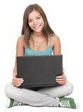 Estudante de mulher que senta-se com o portátil isolado Fotografia de Stock