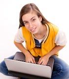 Estudante de mulher que senta-se com portátil Fotografia de Stock