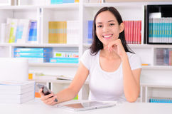 Estudante de mulheres asiático feliz com telefone Imagem de Stock Royalty Free