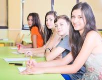 Estudante de sorriso na classe foto de stock