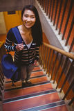 Estudante de sorriso que anda acima das etapas Fotografia de Stock Royalty Free
