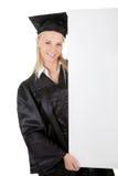 Estudante de terceiro ciclo fêmea que apresenta a placa vazia Foto de Stock Royalty Free