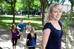 Estudante de Universit que anda para classificar Imagens de Stock Royalty Free