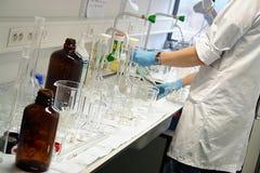 Estudante do cientista que limpa Fotografia de Stock Royalty Free