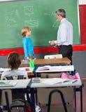 Estudante e professor Standing By Board dentro Imagens de Stock