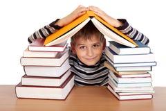 Estudante e um montão dos livros Imagem de Stock