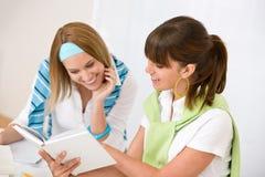 Estudante em casa - a mulher dois nova estuda junto Fotografia de Stock Royalty Free