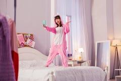 Estudante engraçada que passa seu fim de semana em casa foto de stock royalty free