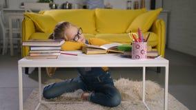 Estudante esgotada que dorme sobre livros em casa filme