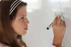 A estudante está resolvendo a equação fotografia de stock royalty free