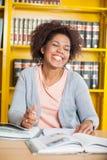 Estudante With Eyes Closed que senta-se na tabela dentro fotografia de stock royalty free