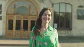 Estudante fêmea atrativo que deixa a construção da faculdade filme
