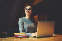 Estudante fêmea atrativo sonhador que pensa sobre a estratégia do coursework foto de stock royalty free