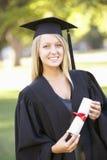 Estudante fêmea Attending Graduation Ceremony fotografia de stock royalty free