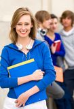 Estudante fêmea com amigos Fotos de Stock