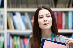 Estudante fêmea com cadernos imagens de stock royalty free