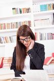 Estudante fêmea confuso com livros imagens de stock royalty free