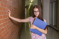 Estudante fêmea considerável novo na faculdade Imagem de Stock