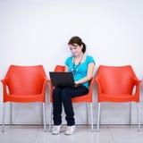 Estudante fêmea consideravelmente novo com portátil fotos de stock royalty free