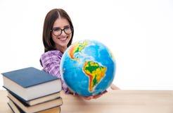 Estudante fêmea de sorriso que senta-se com globo Fotografia de Stock