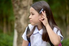 Estudante fêmea diverso bonito Hearing Wearing Uniform com cadernos fotografia de stock royalty free
