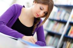 Estudante fêmea em uma biblioteca fotografia de stock royalty free