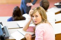 Estudante fêmea espantado durante uma classe fotografia de stock royalty free