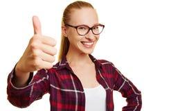 Estudante fêmea feliz que mantém os polegares fotografia de stock