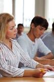 Estudante fêmea na classe da universidade imagem de stock royalty free