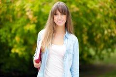 Estudante fêmea no parque imagens de stock