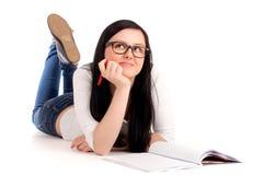 Estudante que encontra-se e que estuda Fotos de Stock