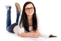 Estudante que encontra-se e que estuda fotografia de stock royalty free