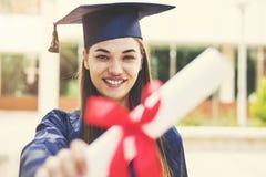 Estudante fêmea novo que gradua-se da universidade fotos de stock royalty free