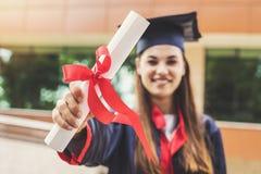 Estudante fêmea novo que gradua-se da universidade imagens de stock