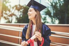 Estudante fêmea novo que gradua-se da universidade imagem de stock