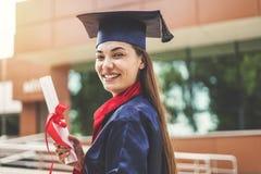 Estudante fêmea novo que gradua-se da universidade imagens de stock royalty free