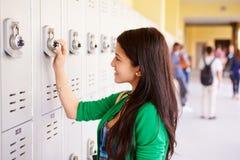 Estudante fêmea Opening Locker da High School fotos de stock
