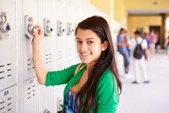 Estudante fêmea Opening Locker da High School foto de stock royalty free