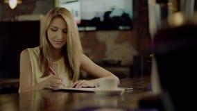 Estudante fêmea que faz trabalhos de casa filme