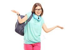 Estudante fêmea que gesticula com suas mãos Fotografia de Stock