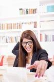 Estudante fêmea que joga um livro foto de stock