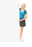 Estudante fêmea que levanta atrás de um painel Fotografia de Stock