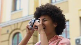 Estudante fêmea que toma a foto da arquitetura da cidade, blogger que viaja, passatempo favorito vídeos de arquivo
