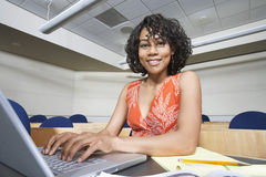 Estudante fêmea Using Laptop fotografia de stock royalty free