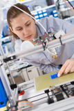 A estudante faz o artigo na impressora 3D fotografia de stock